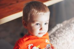 Bebê que olha algo Imagens de Stock Royalty Free