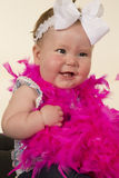 Bebê que olha para tomar partido sorriso grande fotografia de stock royalty free