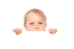 Bebê que olha sobre a placa branca. Fotos de Stock
