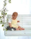 Bebê que Petting o coelho fotos de stock