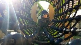 Bebê que rasteja através de uma ponte do túnel da corda vídeos de arquivo