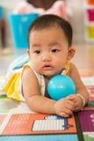 Bebê que rasteja com bola Fotos de Stock