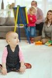 Bebê que rasteja na sala de visitas Imagens de Stock