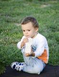 Bebê que remove as sapatas imagem de stock