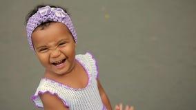 Bebê que ri, andando no parque video estoque