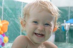Bebê que senta-se na banheira Imagem de Stock Royalty Free