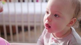 Bebê que senta-se na cama em casa vídeos de arquivo