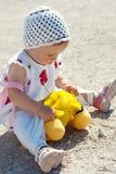Bebê que senta-se na terra Foto de Stock