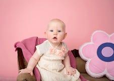 Bebê que senta-se no sofá Fotografia de Stock