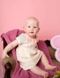Bebê que senta-se no sofá Fotos de Stock