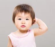 Bebê que sente confundido fotografia de stock