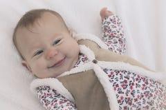 Bebê que sorri na cobertura branca Imagens de Stock Royalty Free