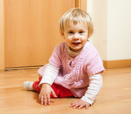 Bebê que sorri no assoalho Foto de Stock