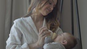 Bebê que suga a garrafa vídeos de arquivo