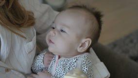 Bebê que suga a garrafa filme