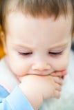 Bebê que suga a mão Fotografia de Stock Royalty Free