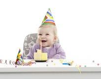 Bebê que tem seu primeiro aniversário, isolado no branco imagens de stock royalty free