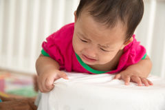 Bebê que tenta aprender estar Fotografia de Stock