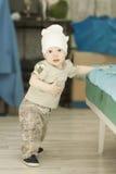 Bebê que tenta levantar-se Foto de Stock
