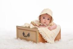 Bebê que veste uma capota amarela fotos de stock royalty free