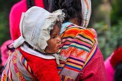 Bebê Quechua em uma vila nos Andes, Ollantaytambo, Peru imagem de stock