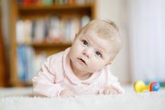 Bebê recém-nascido adorável que encontra-se na barriga no quarto ou no berçário ensolarado branco Imagem de Stock Royalty Free