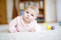 Bebê recém-nascido adorável que encontra-se na barriga no quarto ou no berçário ensolarado branco Fotografia de Stock Royalty Free