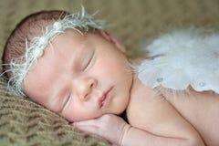 Bebê recém-nascido com asas do anjo imagem de stock