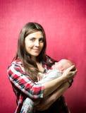 Bebê recém-nascido com sua mãe imagem de stock royalty free