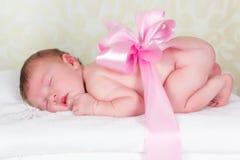 Bebê recém-nascido como um presente Fotografia de Stock