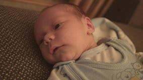 Bebê recém-nascido, criança na cama video estoque