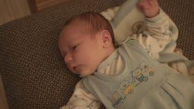 Bebê recém-nascido, criança na cama filme