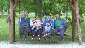 Bebê recém-nascido da posse da avó no balanço, estilo de vida feliz da família vídeos de arquivo
