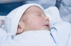Bebê recém-nascido de sono da posição de face para cima imagens de stock royalty free