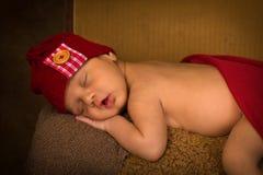 Bebê recém-nascido de sono de raça misturada imagens de stock