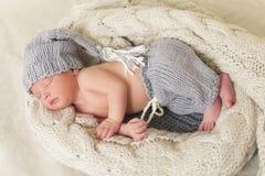 Bebê recém-nascido de sono em um envoltório Fotos de Stock