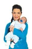 Bebê recém-nascido de sorriso da preensão da matriz Imagens de Stock