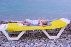 Bebê recém-nascido do bebê de um ano que dorme na praia Imagem de Stock