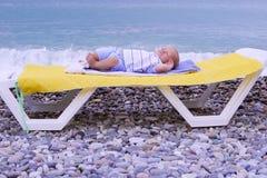 Bebê recém-nascido do bebê de um ano que dorme na praia Fotos de Stock