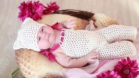 Bebê recém-nascido feliz em uma cesta no assoalho vídeos de arquivo