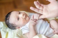 Bebê recém-nascido idoso de duas semanas nas mãos do pai foto de stock