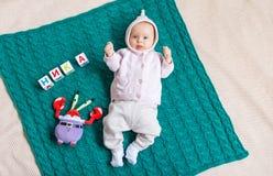 Bebê recém-nascido levantado na cobertura fotografia de stock