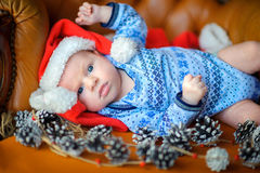 Bebê recém-nascido no tampão do ` s de Santa Claus Fotografia de Stock Royalty Free