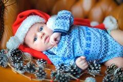 Bebê recém-nascido no tampão do ` s de Santa Claus Imagem de Stock
