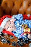 Bebê recém-nascido no tampão do ` s de Santa Claus Imagens de Stock