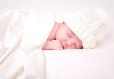 Bebê recém-nascido pequeno que dorme no branco com cobertor Fotografia de Stock