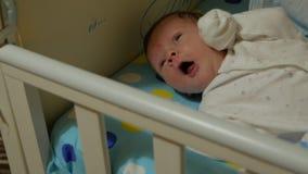 Bebê recém-nascido que boceja video estoque