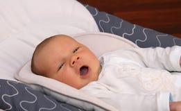 Bebê recém-nascido que boceja Imagens de Stock Royalty Free