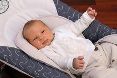 Bebê recém-nascido que coloca na cadeira do bouncer Fotos de Stock Royalty Free