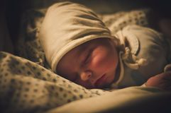 Bebê recém-nascido que dorme, após o parto Foto tomada algumas horas após o nascimento da criança foto de stock